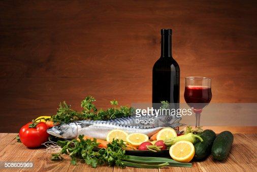 Cavala Peixe, produtos hortícolas e Vinho : Foto de stock