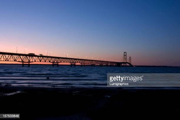 Ponte Mackinac ao pôr do sol