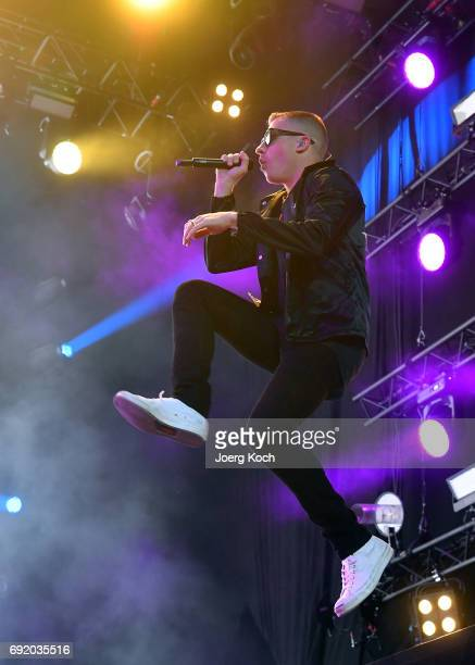 Alternativ Crop NUREMBERG GERMANY JUNE 03 Macklemore performs during Macklemore Ryan Lewis at 'Rock Im Park' music festival at Zeppelinfeld on June 3...