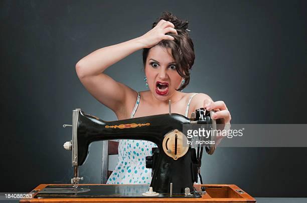 Donna pazza con Macchina per cucire