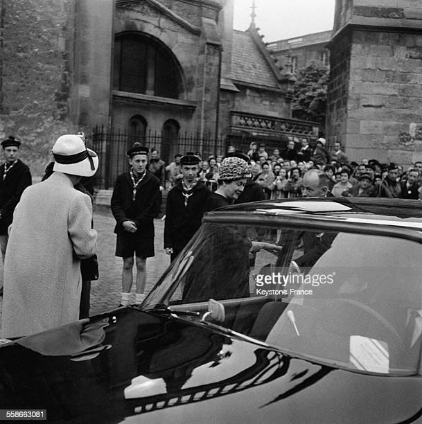 Madame de Gaulle montant dans sa voiture après la cérémonie à la Cathédrale à Bordeaux France en avril 1961
