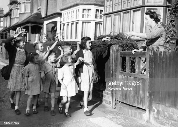 Madame Hunt dit au revoir à ses enfants les jumelles Dorothée et Valérie de 12 ans les jumeaux Brian et Patricia de 8 ans et les triplés David...
