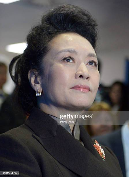 Madame Peng Liyuan listens to Professor Yike Guo during a visit to Imperial College on October 21 2015 in London England The President of the Peoples...