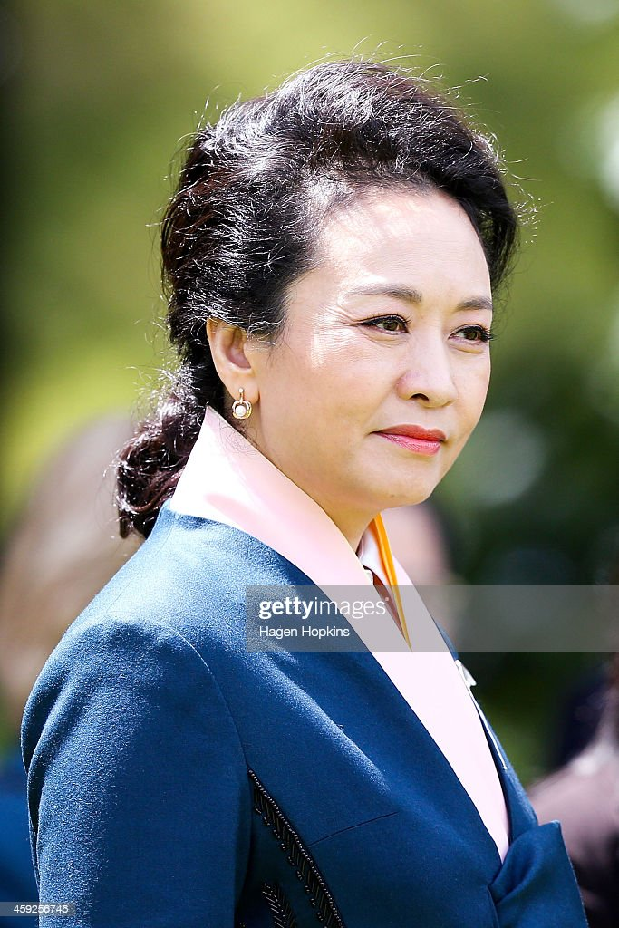 Madame <a gi-track='captionPersonalityLinkClicked' href=/galleries/search?phrase=Peng+Liyuan&family=editorial&specificpeople=4379390 ng-click='$event.stopPropagation()'>Peng Liyuan</a> of China arrives during a State Welcome at Government House on November 20, 2014 in Wellington, New Zealand. President Xi Jinping is on a two day trip to New Zealand to have talks with New Zealand Government and business leaders in Auckland and Wellington.