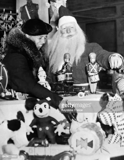 Madame Roosevelt femme du Président américain fait son choix de jouets sous le regard bienveillant du Père Noël à Washington EtatsUnis le 21 décembre...