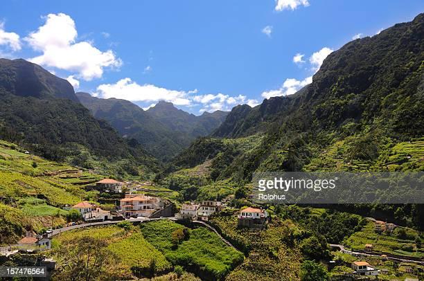 Montanhas de Madeira e vales da Primavera