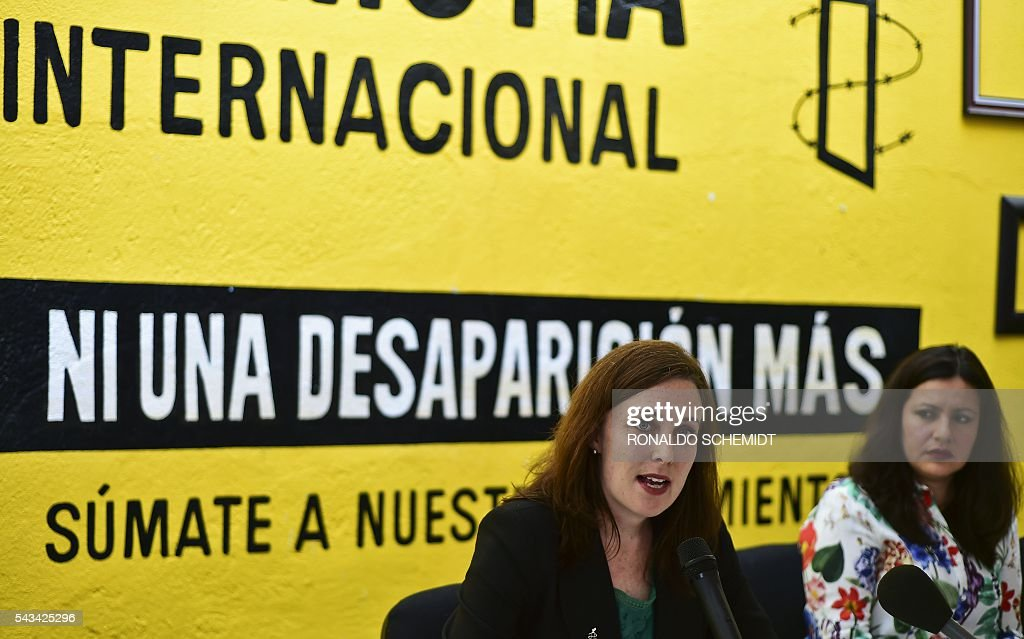 Madeleine Penman researcher on Mexico for Amnesty International (L) speaks next to Erika Guevara-Rosas (R), director for the Americas of Amnesty International during the presentation of the report 'Survive to the death' on torture to women in jails of Mexico, on June 28, 2016, in Mexico city. / AFP / RONALDO