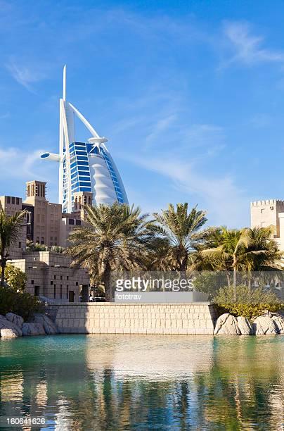 Madinat Jumeira e Burj Al Arab em Dubai fundo,