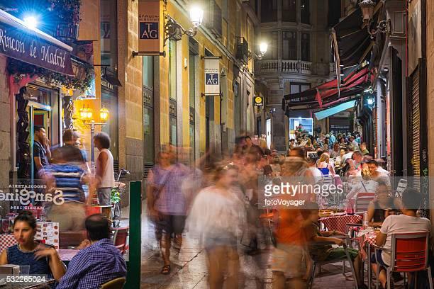 Madrid bondée restaurants en plein air et barres lumière de la lampe de nuit de l'Espagne