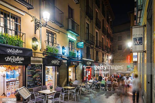 Madrid multitud de personas disfrutando al aire libre, restaurantes en España de pavimento