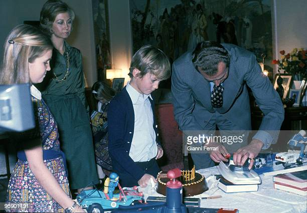 SPAIN CIRCA 1976 Madrid Palacio de la Zarzuela Spain King Juan Carlos and Queen Sofia with her children Elena and Felipe on the birthday of Prince...