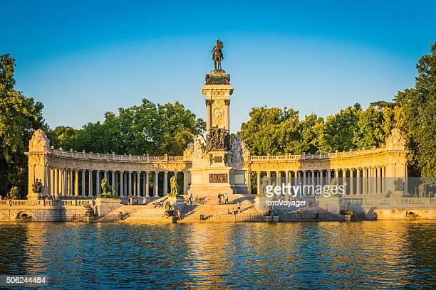 Madrid gente tranquila junto al lago de navegación en Retiro Park, España