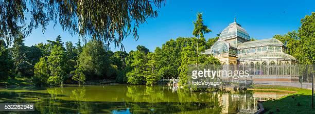Madrid los turistas en Retiro Park, junto al Palacio de Cristal España