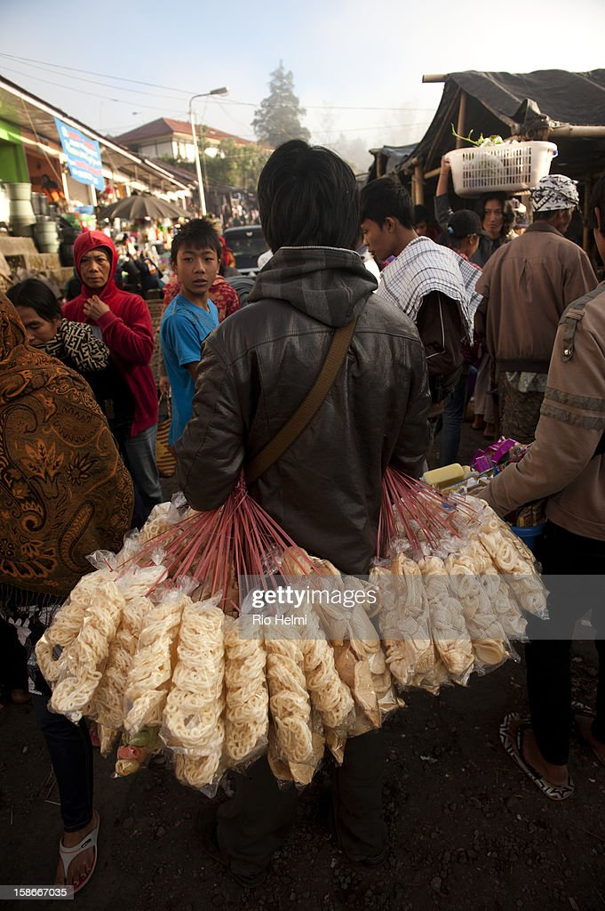 Madurese vendor hawks his crackers in the Kintamani market.
