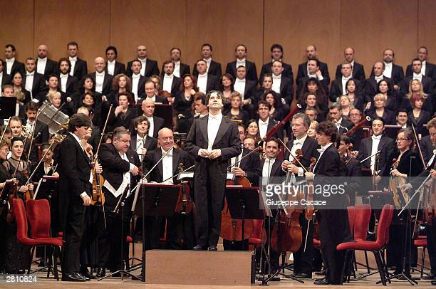 Maestro Riccardo Muti acknowledges the applause after the reopening concert of the La Fenice opera house on December 14 2003 in Venice Italy The...