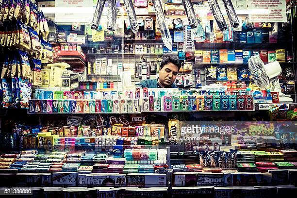 Revistas, chocolate e aperitivos rua loja