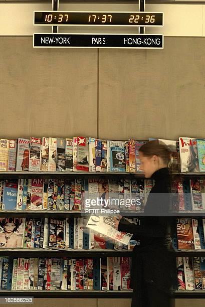 Magazines La presse magazine en présentoir une lectrice feuilletant un magazine devant le présentoir