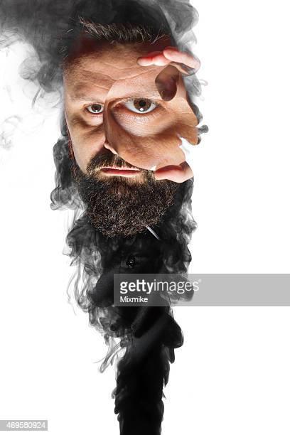 Magicien apparaissant de fumée