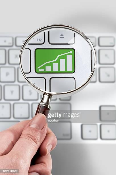 Lupe und Investitionen Konzept