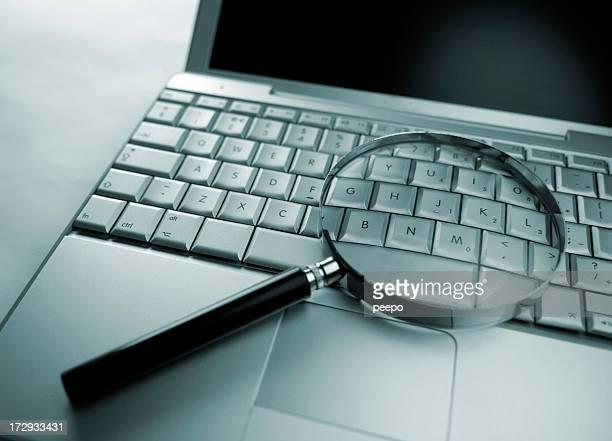 Lente di ingrandimento riposo su un computer portatile