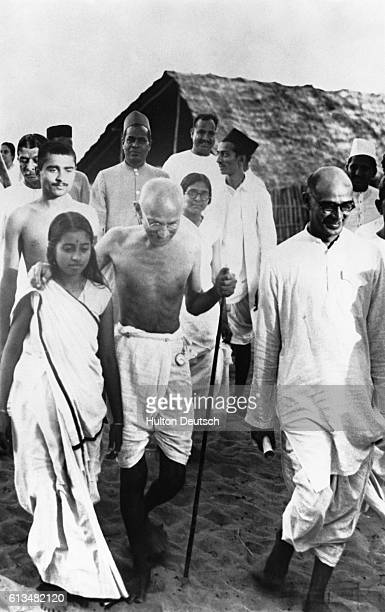 Mahatma Gandhi leaving Bombay for Saijon with his secretary after attending the Working Committee and HinduMuslim Unity meetings