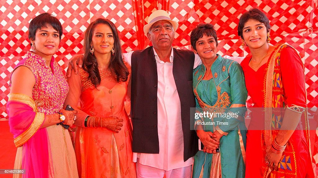Mahavir Phogat With His Daughters And Star Cast Of Bollywood Film Dangal During The Wedding Function