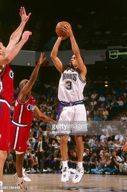 Mahmoud AbdulRauf of the Sacramento Kings shoots the ball circa 1998 at Arco Arena in Sacramento California NOTE TO USER User expressly acknowledges...