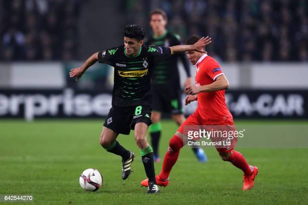 Mahmoud Dahoud of Borussia Moenchengladbach in action with Sebastian Cristoforo of ACF Fiorentina during the UEFA Europa League Round of 32 first leg...