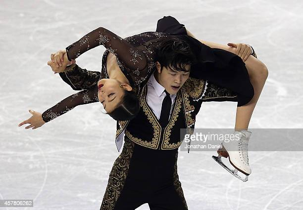 Maia Shibutani and Alex Shibutani compete in the Ice Dance Short Dance during the 2014 Hilton HHonors Skate America competition at the Sears Centre...