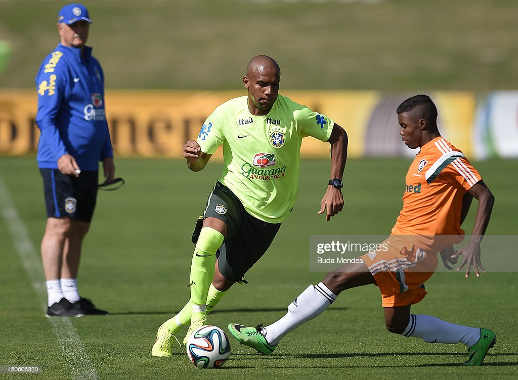 Maicon (C) in action during a training session of the Brazilian national football team at the squad's Granja Comary training complex, on June 14, 2014 in Teresopolis, 90 km from downtown Rio de Janeiro, Brazil.