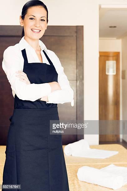 Cameriera facendo una camera dell'hotel