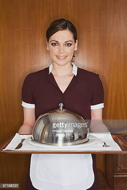 Maid mit Essen auf Teller