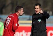 Maik Kegel of Chemnitz and Referee Florian Steinberg during the 3rd Liga match between Chemnitz and Regensburg at Stadion an der Gellertstrasse on...