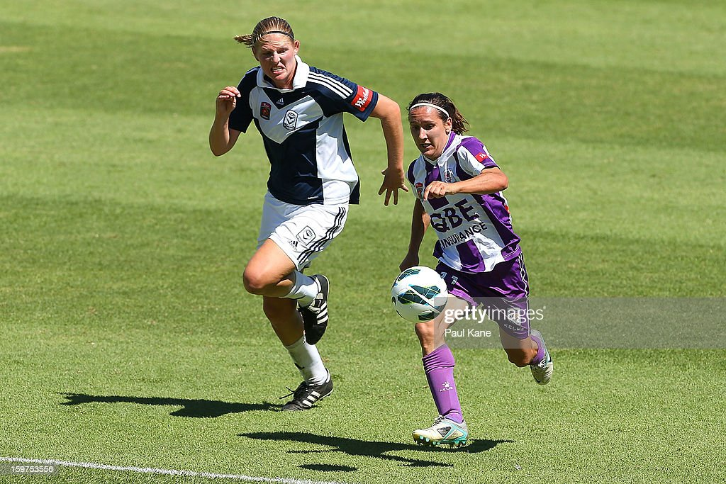 Maika Ruyter-Hooley of the Victory and Lisa De Vanna of the Glory contest for the ball during the W-League Semi Final match between Perth Glory and Melbourne Victory at nib Stadium on January 20, 2013 in Perth, Australia.