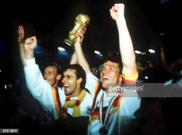 Mailand 080790 DEUTSCHLAND FUSSBALLWELTMEISTER 1990 Pierre LITTBARSKI/Lothar MATTHAEUS mit WM Pokal/Cup