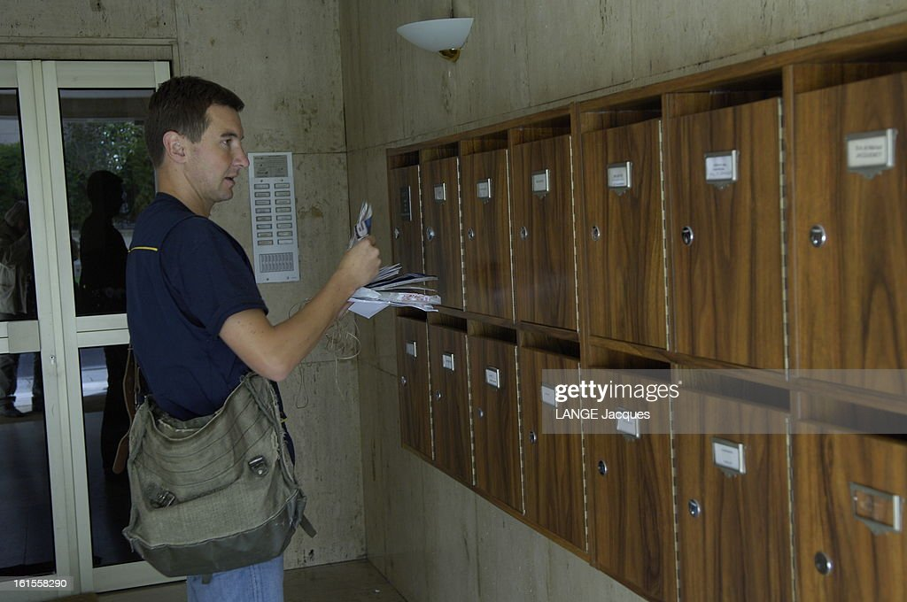 Mailman Olivier Besancenot During His Round In Neuilly. Olivier BESANSENOT faisant la distribution du courrier à Neuilly, déposant les plis dans les boites aux lettes d'un immeuble.