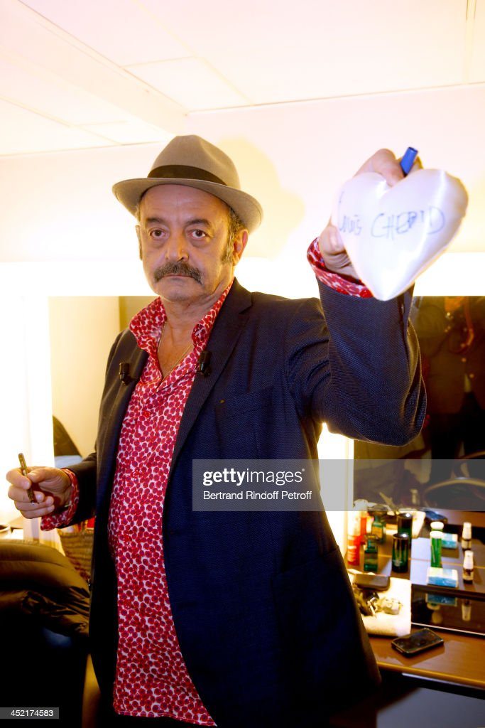 Main guest of the show, singer Louis Chedid signs a heart for the Telethon attending 'Vivement Dimanche' French TV Show at Pavillon Gabriel on November 26, 2013 in Paris, France.