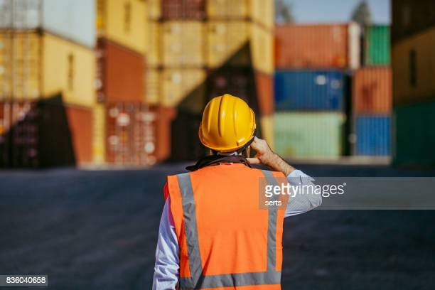 Maintanence travailleur à l'aide de téléphone au Port à conteneurs