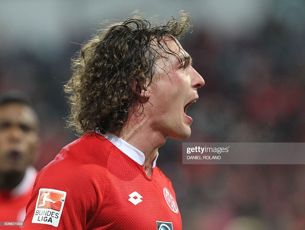 Mainz Austrian' midfielder Julian Baumgartlinger celebrates scoring the 2-1 goal during the German first division Bundesliga football match of FSV Mainz 05 v Schalke 04 in Mainz, western Germany, on February 12, 2016. / AFP / DANIEL ROLAND /