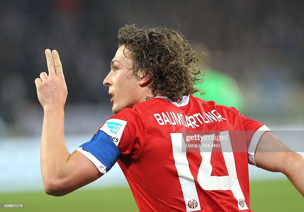 Mainz Austrian' midfielder Julian Baumgartlinger celebrates scoring the 2-1 goal with his teammates during the German first division Bundesliga football match of FSV Mainz 05 v Schalke 04 in Mainz, western Germany, on February 12, 2016. / AFP / DANIEL ROLAND /