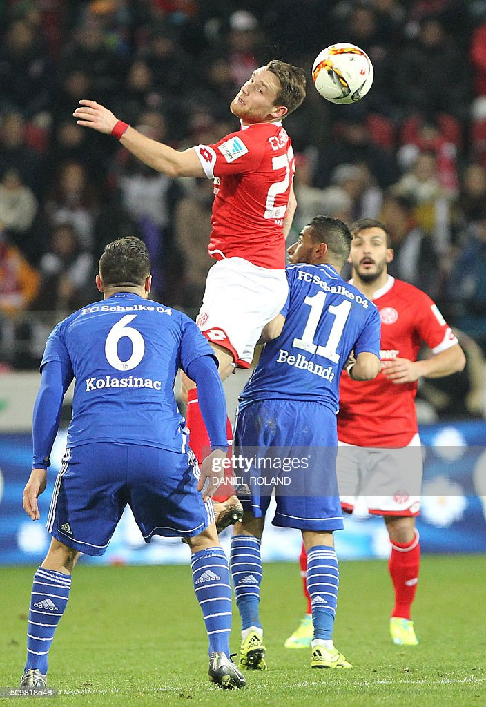 Mainz' midfielder Christian Clemens (C) and Schalke's defender Sead Kolasinac (L) and Mainz' Danish forward Emil Berggreen vie for the ball during the German first division Bundesliga football match of FSV Mainz 05 v Schalke 04 in Mainz, western Germany, on February 12, 2016. / AFP / DANIEL ROLAND /