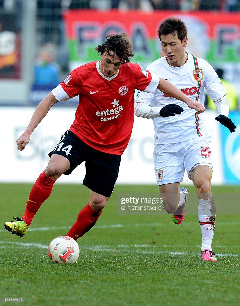 Mainz's Austrian midfielder Julian Baumgartlinger (L) and Augsburg's Korean striker Dong Won Ji (R) challenge for the ball during the German first division Bundesliga football match between FC Augsburg and FSV Mainz 05 in Augsburg, southern Germany, on February 10, 2013.