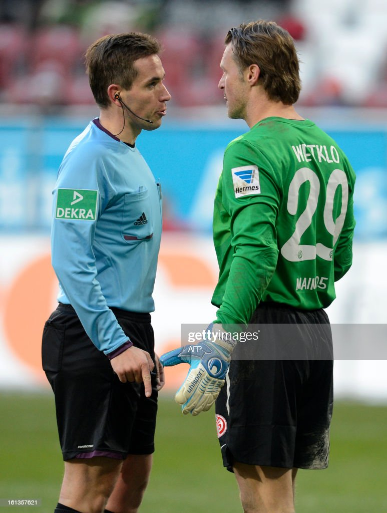 Mainz's goalkeeper Christian Wetklo (R) speaks with referee Tobias Stieler (L) during the German first division Bundesliga football match between FC Augsburg and FSV Mainz 05 in Augsburg, southern Germany, on February 10, 2013.