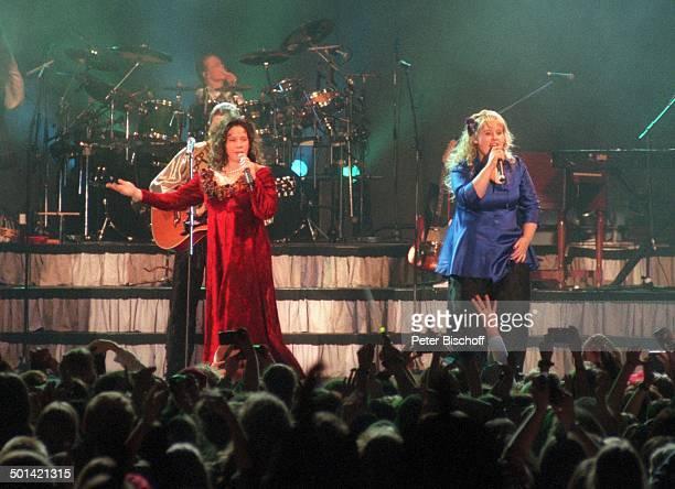 Maite Kelly Schwester Kathy Kelly dahinter Bruder Angelo davor Fans im Publikum Konzert KölnArena NordrheinWestfalen Deutschland Europa Bühne...