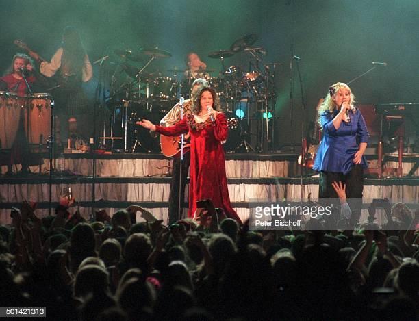Maite Kelly Schwester Kathy Kelly dahinter Bruder Angelo Schwester Barby davor Fans im Publikum Konzert KölnArena NordrheinWestfalen Deutschland...