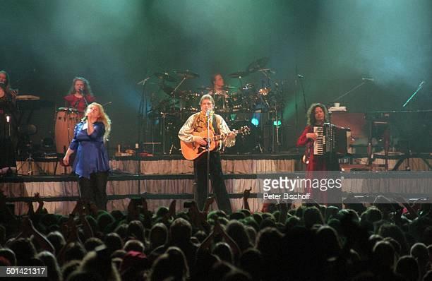 Maite Kelly Schwester Kathy Kelly dazwischen Bruder Jimmy Kelly dahinter Bruder Angelo Schwester Barby davor Fans im Publikum Konzert KölnArena...