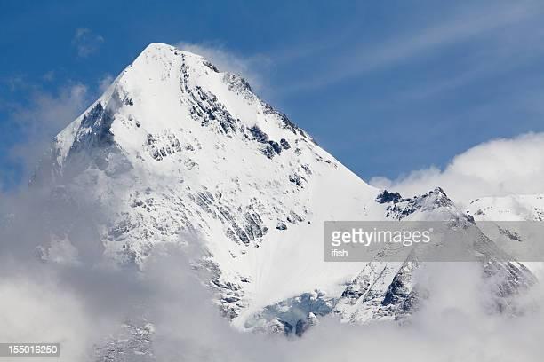 壮大なアイガーピークの上の雲の Bernese 、スイスアルプス