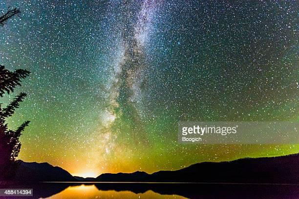 Majestic ciel lumineux avec étoiles et le paysage de la voie lactée