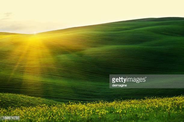 Majestic Sonnenaufgang über den Hügeln Frühling