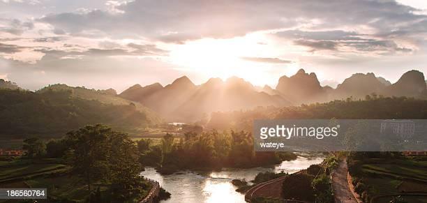 Majestueux coucher de soleil sur les montagnes